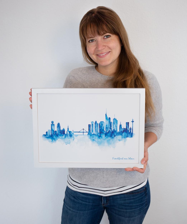 MALUU Über Uns Christine mit Frankfurt Skyline blau